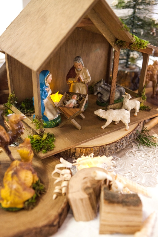 27-christmas-wood-tablescape-manger-1655